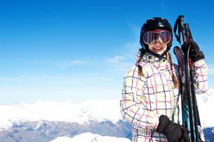 Portrait of teenage girl holding skisの写真素材 [FYI03551651]