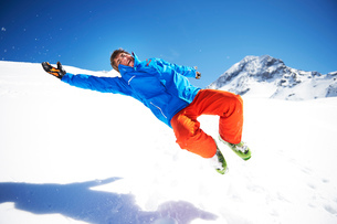 Teenager boy fooling around,  jumping in snowの写真素材 [FYI03551659]