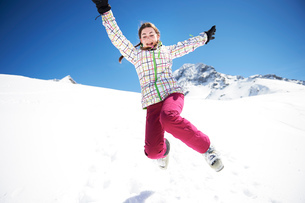 Teenager girl jumping in snowの写真素材 [FYI03551662]