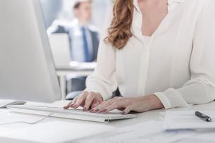 Businesswoman using computer in officeの写真素材 [FYI03551841]
