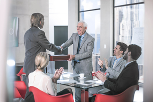 Businessmen shaking hands at conference table meeting, New York, USAの写真素材 [FYI03551859]