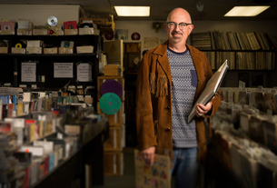 Portrait of mature man in record shop, holding recordsの写真素材 [FYI03552262]