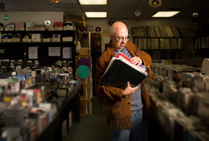 Mature man in record shop, sorting through recordsの写真素材 [FYI03552264]