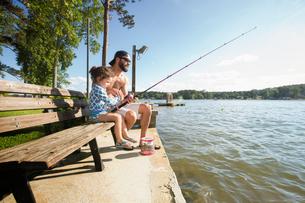 Man and daughter fishing together at Jackson Lake, Georgia, USAの写真素材 [FYI03552331]