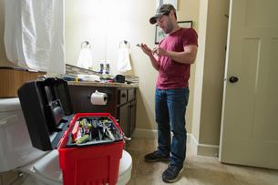 Man selecting tool to fix bathroomの写真素材 [FYI03552428]