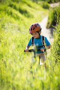 Boy cycling in parkの写真素材 [FYI03552656]