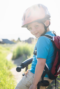 Boy cycling in parkの写真素材 [FYI03552662]