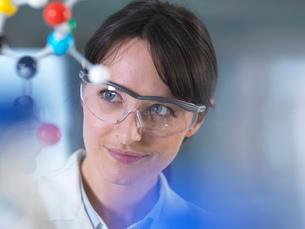 Scientist analysing molecular model in laboratoryの写真素材 [FYI03552702]