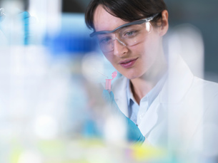 Researcher pipetting DNA sample into eppendorf vial in laboratoryの写真素材 [FYI03552717]