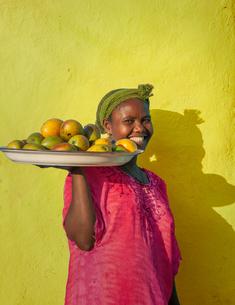 Ethiopian woman selling mangoes, Addis Ababa, Ethiopiaの写真素材 [FYI03552966]