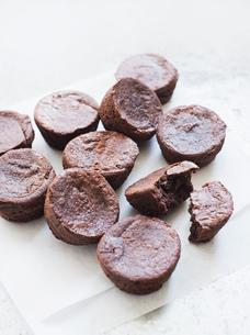 Chocolate brownies on greaseproof paperの写真素材 [FYI03553157]