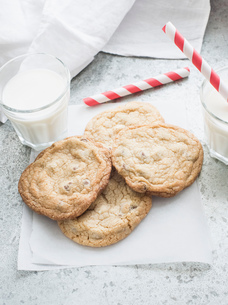 Chocolate chip cookies with milkの写真素材 [FYI03553161]