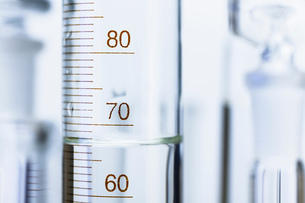 Chemical glassware. Graduated cylinder and other out-of-focus chemical lab glasswareの写真素材 [FYI03553195]