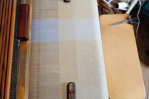 Overhead view of textile on loomの写真素材 [FYI03553290]