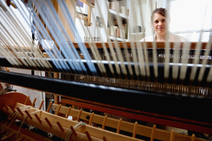 Young woman using loomの写真素材 [FYI03553294]