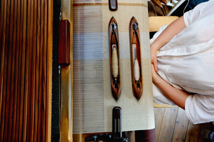 Young woman using loomの写真素材 [FYI03553295]