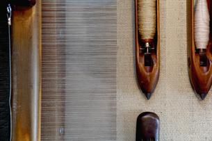 Overhead view of weaving shuttles on loomの写真素材 [FYI03553298]