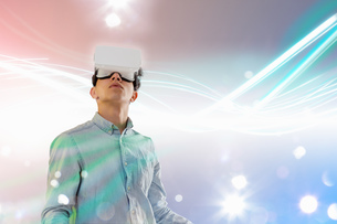 Young man wearing virtual reality headsetの写真素材 [FYI03553467]