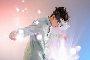Young man wearing virtual reality headsetの写真素材 [FYI03553468]
