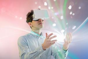 Young man wearing virtual reality headsetの写真素材 [FYI03553489]