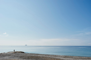 Tourist on beach, Nice, Cote d'azur, Franceの写真素材 [FYI03553593]