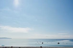 Tourists sunbathing on beach, Nice, Cote d'azur, Franceの写真素材 [FYI03553594]