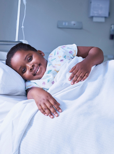 Portrait of girl patient in bed on hospital children's wardの写真素材 [FYI03553648]