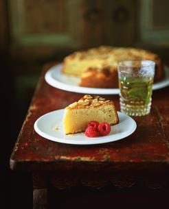 Slice of almond polenta cake with raspberriesの写真素材 [FYI03553856]