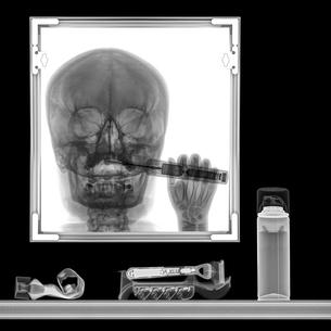 X-ray of a person brushing teeth in bathroom mirrorの写真素材 [FYI03553982]