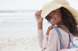 Young woman wearing hat on beachの写真素材 [FYI03554019]