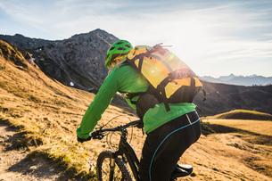 Cyclist on mountain biking area, Kleinwalsertal, trails below Walser Hammerspitze, Austriaの写真素材 [FYI03554085]