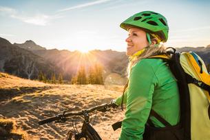 Cyclist enjoying view of mountain biking area, Kleinwalsertal, trails below Walser Hammerspitze, Ausの写真素材 [FYI03554095]