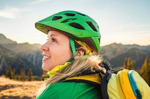 Cyclist enjoying view of mountain biking area, Kleinwalsertal, trails below Walser Hammerspitze, Ausの写真素材 [FYI03554097]