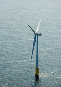 Aerial shot of an offshore wind farm off the Dutch coast, IJmuiden, North Holland, Netherlandsの写真素材 [FYI03554258]
