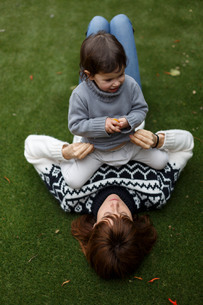 Girl sitting on mothers chestの写真素材 [FYI03554283]