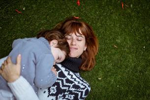 Girl lying on mothers chestの写真素材 [FYI03554285]