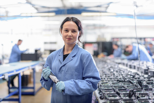 Portrait of female worker in circuit board assembly factoryの写真素材 [FYI03554369]