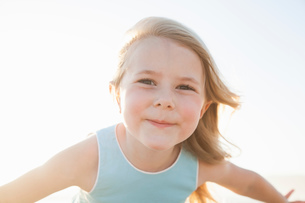 Portrait of girl looking at camera smilingの写真素材 [FYI03554478]