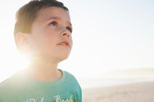 Portrait of boy on beach looking awayの写真素材 [FYI03554480]