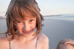 Portrait of girl on beach looking at camera smilingの写真素材 [FYI03554493]
