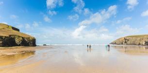 People on beach, Mawgan Porth, Cornwall, UKの写真素材 [FYI03554505]
