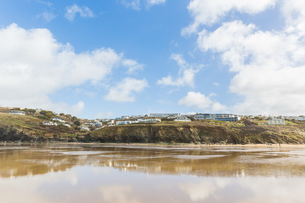 Building on cliff tops by beach, Mawgan Porth, Cornwall, UKの写真素材 [FYI03554507]