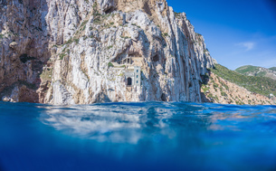 Above and below view of blue sea and cliffs, Masua, Italyの写真素材 [FYI03554761]