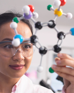 Scientist using molecular model to understand chemical formulaの写真素材 [FYI03554868]