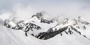 Snow covered mountain landscape, Reutte, Tyrol, Austriaの写真素材 [FYI03554885]