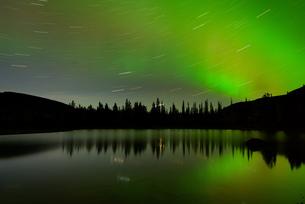 Swirling stars and aurora borealis at Polygonal Lakes at night, Khibiny mountains, Kola Peninsula, Rの写真素材 [FYI03554918]