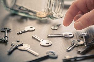 Man's hand picking up keysの写真素材 [FYI03554957]
