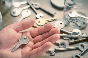 Man's hand holding keyの写真素材 [FYI03554958]