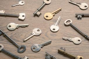 Keys on wooden surfaceの写真素材 [FYI03554960]