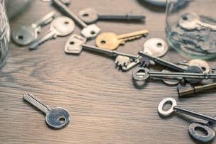 Keys on wooden surfaceの写真素材 [FYI03554961]